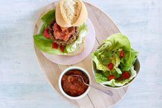 Kijk wat een lekker recept ik heb gevonden op Allerhande! Picadilloburger met gegrilde paprika Burger Recipes, Meat Recipes, Healthy Recipes, Tortilla Chips, Tex Mex, Bruschetta, Fried Chicken, Ground Beef, Fries