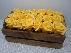 A beleza do amarelo prevalece neste cachepô rústico de madeira decorado com 18 botões de rosas de EVA, as flores são muito similares a natural . A caixa possui formato de caixote de feira e é uma linda e diferente opção para presentear em Bodas de Ouro. É possível personalizar a peça com as iniciais do casal.    Medidas do cachepô: 15 x 10 x 25 cm (larg x alt x comp) Altura com as flores: 15 cm  Peso: 750 g  Material: madeira e EVA  Prazo para postagem: 3 dias úteis após a confirmação de ...