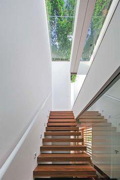 Aberturas generosas e amplos painéis de vidro enquadram o mar na maioria dos ambientes desta casa de 700 m² no litoral paulista.
