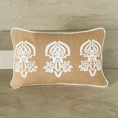 Almofada bordada em cores neutras e tecido leve. Ideal para decoração da sala e do quarto.