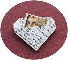 Bookogami-Herz mit Krawatte  / Origami aus alten Buchseiten