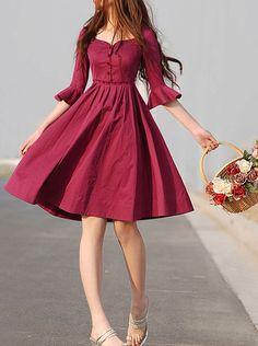 Look com vestido cor vinho e sandália cinza