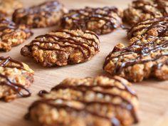"""Někdy mám u tzv. """"zdravých"""" sušenek a dezertů trochu problém s tím, že bývají zdravé na úkor chuti. Tyto sušenky ovšem ne, alespoň dle mého názoru. :) Jsou chutné, rychlé a dodají Vám potřebnou energii. Jsou vhodné i pro vegany, neobsahují mléčné výrobky ani vejce. Na cca 4 plechy sušenek si připravte (já jsem pekla… Healthy Cookies, Healthy Snacks, Low Carb Recipes, Healthy Recipes, Czech Recipes, Christmas Sweets, Muesli, Sweet Desserts, Food And Drink"""