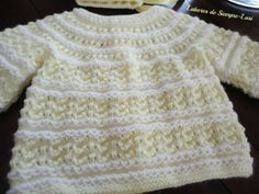 MATERIALES   - Lana de tipo bebé en amarillo   - Hilo de perlé nº8 en blanco   - Agujas nº 2 y1/2   - 5 botones   - Cinta de raso ...
