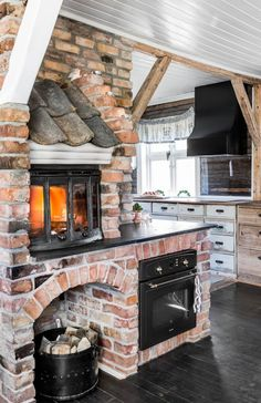 country kitchen, fireplace, shingles, exposed brick Think of the pizza! Outdoor Kitchen Design, Rustic Kitchen, Country Kitchen, Room Kitchen, Kitchen Decor, Cabin Homes, Küchen Design, Brick Design, Design Ideas