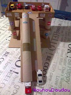 Parkeergarage van wc rollen en wat oude dozen (www.opvoedproducten.nl)