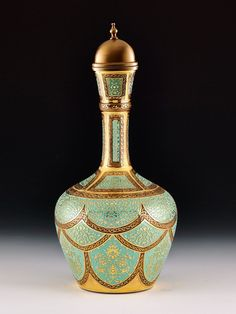 Has Oda Şerbetlik üzerinde desen olarak, Topkapı Sarayı içinde yer alan Has Oda (Taht Odası) kubbesinin bitkisel bezeme motifleri kullanılmıştır.Has Oda Şerbetlik, el imalatı camdan üretilmiştir ve üzerindeki rölyef desenlerin tümü el işçiliği ile 24 ayar altın yaldız ve cam boyası kullanılarak dekorlanmıştır.  Üretimi 2000 adet ile sınırlıdır. Pottery Teapots, Ceramic Pottery, Arabic Jewelry, Image Glass, Turkish Art, Glass Ceramic, Art Object, Craft Work, Mosaic Art