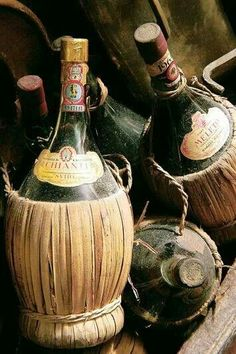 I don't know if you have the same thing in Spain, but in Italy this is the typical wine bottle, the straw absorbs the shocks
