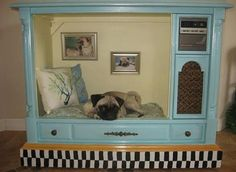 Recycle an old console tv. No link. cute doggy cat or doggy bed from old tv console! Diy Pour Chien, Pugs, Diy Dog Crate, Carlin, Diy Dog Bed, Large Dog Bed Diy, Homemade Dog Bed, Pet Furniture, Repurposed Furniture