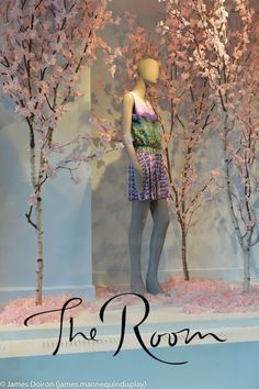 Really love this window display.  Love the trees and falling coloured leaves.  Also love how the store name is beautifully placed on the bottom.  This would be a great look for a October 1st start up.