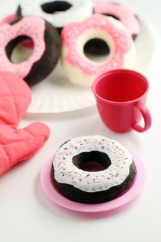 These Handmade Toy Donuts are easy to make and oh so sweet with a sprinkle of stitches. They are a great complement to a toy tea set or play kitchen. Easy Diy Crafts, Diy Arts And Crafts, Diy Crafts For Kids, Candy Trees, Altered Cigar Boxes, Tapas, Friend Birthday Gifts, Felt Food, Easy Sewing Patterns