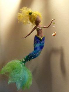 Dieses schöne glitzernde Meerjungfrau schmücken jede Ecke Ihres Hauses. Es werden auch schöne Kleiderbügel in den Kindergarten.  Die Meerjungfrau ist aus Wolle und schillernden Baumwolle und bestickt mit Perlen und Naturperlen.  Dünnen Metallrahmen führt der Länge des Körpers, so es möglich ist, die Positionen zu ändern, wie wir es gerne.  Die Höhe beträgt etwa 10.