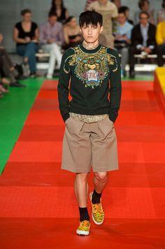 Kenzo Homme Printemps-été 2013 : j'aime le motif sur le pull sinon le look est très intéressant.