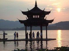 West Lake, Hang Zhou, Kina. Det sägs att det bor drakar i bergen bortom sjön. Kanske är det sant. En oförglömlig dag hösten 2010 tillbringade jag på en båt här.
