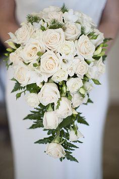 Casamento + Buquê cascata de rosas brancas | Wedding + Cascading bouquet white roses
