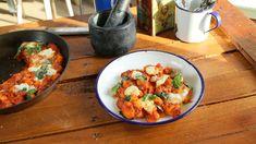 Ebben az adásban hozzányúltunk a kedvenc olasz receptjeinkhez. Zé csinál egy szicíliai bárányragut gránátalmás kuszkusszal, Jani megmutatja, hogyan készül az igazi bolognai spagetti, valamint egy paradicsomos-mascarponés gnocchit is összedob, Lili pedig megmutatja, hogyan kell panna…