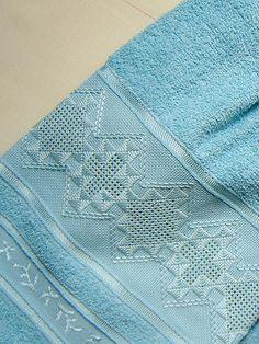 Bordado em crivo para uma toalha de rosto. Super bonito.