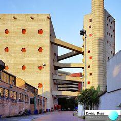 Projeto SESC Pompeia - Arquiteta Lina Bo Bardi Para o este centro de cultura e lazer em SP, a arquiteta acomodou o setor cultural numa antiga fábrica de tambores restaurada e projetou duas torres com passarelas para o setor esportivo. Nas torres o concreto armado foi usado como muro contínuo de fechamento, solução então inusitada no nosso meio arquitetônico. #Sesc #LinaBoBardi #ArquiteturaModerna #ArquiteturaBrasileira #EspaçosPúblicos #GrandesObras #História #ArquiteturaEmSP