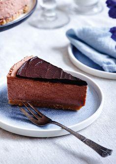 Den populære cheesecake har fået et twist, og den søde og tunge kakao spiller en af hovedrollerne i opskriften her. Et sikkert hit, hvis du både er vild med cheesecake og chokoladekage!