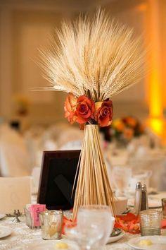 Weizenstrauß mit orangenfarbenen Rosen dekoriert