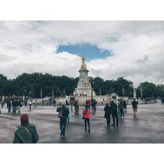 Queen Victoria Memorial Love how the tip of the statue rips a hole in the clouds.  #vsco #vscocam #vscouk #vscokingdom #buckinghampalace #london #vscoautumn #memorial by luthfiandhika