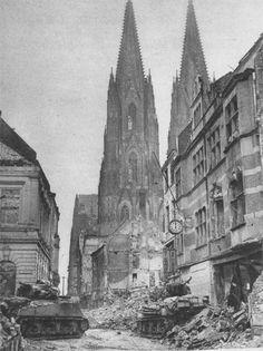 Char US de la 3e division blindée avance avec précaution autour de la cathédrale de Cologne en Allemagne, le 6 mars 1945.