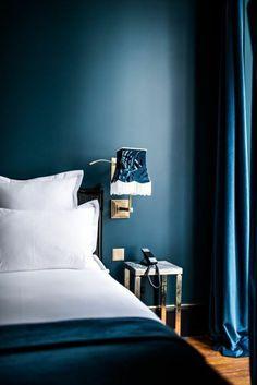 mur-bleu-canard-chambre-colorée-en-bleu-grand-lit-et-rideaux-bleus-applique-murale
