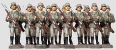 14 Heeressoldaten mit Gewehr vor der Brust, Lineol, 7cm Serie, 30er Jahre, Massefiguren, 14 Wehrmachtssoldaten im Vormarsch mit Gewehr vor der Brust, insgesamt guter Zustand mit Altersspuren. In dieser Größenordnung selten!