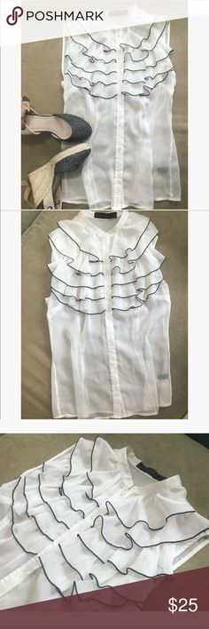 🎀 Beautiful The Limited top 🎀 💝Very beautiful and elegant it's a must have top, great for office job or just rocking it with skinny jeans 👖 for daily wear  💝 color is white with black stitching in size S 💝 bust is 35 inch The Limited Tops Blouses