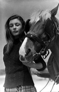 """Barbara (Anouk Aimée) tire son cheval, attelé à une charette chargée de varech dans """"La Fleur de l'âge"""" de M. Carné et J. Prévert, Belle-Ile, 1947."""