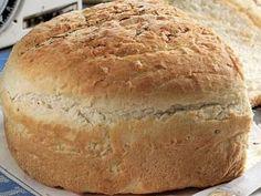 Dit is 'n basiese witbroodresep dié en sy geheim is om die deeg baie goed in 'n broodmenger te knie. 'n Voedselverwerker werk net so goed. Kos, Ma Baker, South African Recipes, Bread Bun, Our Daily Bread, Bread And Pastries, Bread Baking, Food Inspiration, Cooking Recipes