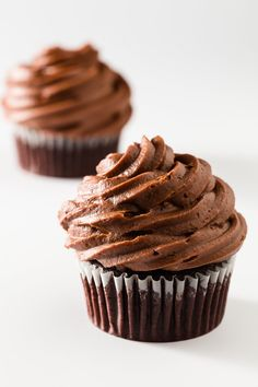 These chocolate cupcakes are the best - moist, rich, and decadent! The chocolate cupcake recipe includes easy step-by-step directions and video. Cupcake Flavors, Cupcake Recipes, Baking Recipes, Dessert Recipes, Baking Ideas, Cupcakes Au Cholocat, Cupcake Cakes, Best Cupcake Icing, Savory Cupcakes