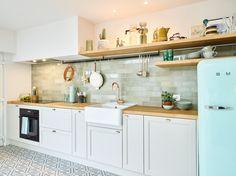 Een betaalbare, oude woning kopen en verbouwen is niet evident en dat loopt ook niet altijd van een leien dakje. Dat realiseerden Cara en Wouter zich maar al te goed. Vooral de indeling moest grondig aangepakt worden opdat de woning zou voldoen aan de huidige normen en behoeften. Maar toch wou het koppel het originele karakter van de woning behouden, een vleugje nostalgie naar het verleden zeg maar. #interieurdesign #keuken #keukeninspiratie My Dream Home, Kitchen Cabinets, Home Decor, Decorations, Tv, Architecture, Decorating Kitchen, Functional Kitchen, Kitchen Things