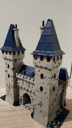 Michael remodeled a castle entrance that includes two towers. The castle uses a mix of light gray textures, mixed with dark tan elements, to create a great model. Lego Castle, Minecraft Castle, Minecraft Ideas, Lego Modular, Lego Design, Lego Burg, Lego Army, Amazing Lego Creations, Lego Construction