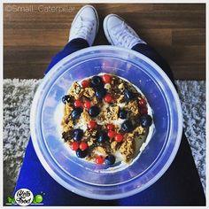 Wunderschönen guten Morgen der Tag startet heute mit einem leckeren Quark in den ich neben Beeren  einen  peanut butter chocolate cookie  gekrümelt habe  . Rezept gibt es auf www.keto-food.net  . #keto #ketogenic #weightloss #ketosis #Train #Training #healthy #lowcarb #LCHF #lowcarbhighfat #love #weightlossdiary #ketogainz #fitness #fitgirls #bodybuilding #fitfam #squats #healthy_lifestyle #healthychoices #gymlife #muesli #granola #goodmorning #fitness #motivation by keto_small_caterpillar