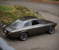 The name Alfa Romeo GT is synonymous with elegance and sporting performance, never more so than in the Veloce. The beautiful Alfa Romeo 1750 GTV coupe was supremely elegant and also quite usable, with a transmission, four-wheel disc br Alfa Romeo Gtv 2000, Alfa Romeo 1750, Alfa Romeo Gtv6, Alfa Romeo Cars, Sexy Cars, Hot Cars, Audi Tt, Ford Gt, Alfa Bertone