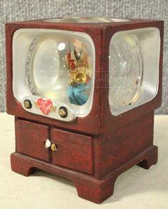 shopgoodwill.com: Vintage `I Love Lucy` Snow Globe TV Box