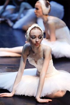Find images and videos about ballet, dancer and ballerina on We Heart It - the app to get lost in what you love. Shall We Dance, Just Dance, Modern Dance, Dance Like No One Is Watching, Dance Movement, Ballet Beautiful, Beautiful Swan, Ballet Photography, Tiny Dancer