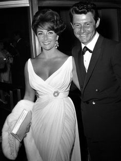 1962 Fashionista: Elizabeth Taylor with husband Eddie Fisher, making an entrance in a draped open-necked gown. Old Hollywood Glamour, Golden Age Of Hollywood, Hollywood Stars, Classic Hollywood, Vintage Hollywood, Hollywood Couples, Divas, Edward Wilding, Eddie Fisher