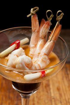 Cocktail de camarão com molho picante em taça