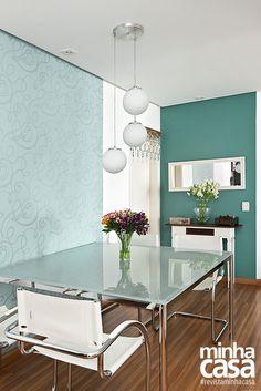 Cor da parede - Sete Lagos, ref. 90GG 30/195 - Coral  Papel de parede - Flock 2  Lustre Yamamura  Projeto da designer de interiores Ana Maria Mouawad Queiroga