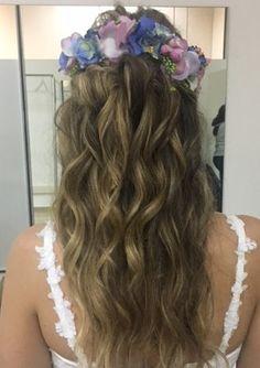 Los tocados de novia con flores siguen siendo tendencia entre nuestras novias #innovias Long Hair Styles, Beauty, Bridal Headpieces, Bridal Hairstyles, Brides, Trends, Elegant, Flowers, Style