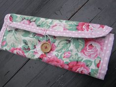 """Vintagestoffe wie dieses tolle Rosenmuster kombiniere ich gerne mit modernen Mustern, hier weiße Polkadots auf rosa: Schmucktasche """"Rosalinde"""" von sabinchenfrauenzimmer auf DaWanda.com"""