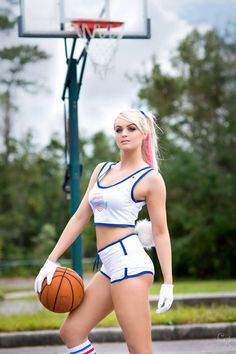 Cosplayer: Danielle DeNicola. Country: United States. Cosplay: Lola Bunny from Space Jam. Photo by: Carlos G Photography. https://m.facebook.com/danielledenicolaofficial/