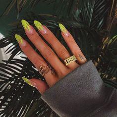 Semi-permanent varnish, false nails, patches: which manicure to choose? - My Nails Aycrlic Nails, Neon Nails, Hair And Nails, Coffin Nails, Neon Nail Art, Glitter Nails, Nail Nail, Best Acrylic Nails, Summer Acrylic Nails