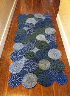 visual inspiration / germ of an idea: Coiled rope rug made from old climbing ropes. Rope Crafts, Denim Crafts, Sewing Crafts, Sewing Projects, Homemade Rugs, Homemade Gifts, Braided Rag Rugs, Denim Rug, Rope Rug