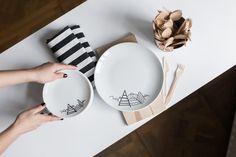 Duży talerz malowany ręcznie według autorskiego projektu. WZÓR : GÓRY  talerz ↔ średnica 25 cm  Na zdjęciu jest również widoczny mniejszy talerz 17 cm.  Udekoruj swoją kuchnię i zadbaj o domowe akcesoria. FOR.REST to minimalistyczne wyposażenie wnętrz. Biała porcelana jest idealnym d...