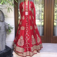 Fancy shopping Banarasi Lehenga for your wedding? Check out all these amazing labels selling banarasi lehengas from INR 5000 to INR 1 Lakh+. Dress Indian Style, Indian Fashion Dresses, Indian Designer Outfits, Indian Wedding Outfits, Bridal Outfits, Indian Outfits, Wedding Dress, 2017 Wedding, Wedding Wear
