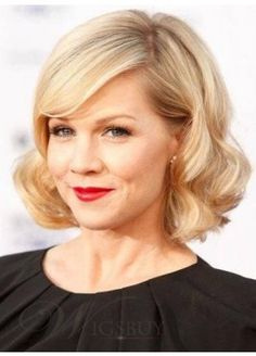 Vintage Hairstyles With Bangs vintage-y bob. I need to learn how to recreate these curls like Dry Bar - Jennie Garth's long side swept bangs are a perfect compliment to this pretty wavy bob hairstyle. Blonde Bob Hairstyles, Retro Hairstyles, Bob Haircuts, Latest Hairstyles, Celebrity Hairstyles, Easy Hairstyles, Jennie Garth, Braut Make-up, Wavy Hair