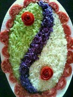 Pretty presentation of a lovely salad ~ Salad Design, Food Design, Salad Decoration Ideas, Cute Food, Yummy Food, Creative Food Art, Vegetable Carving, Food Carving, Food Garnishes